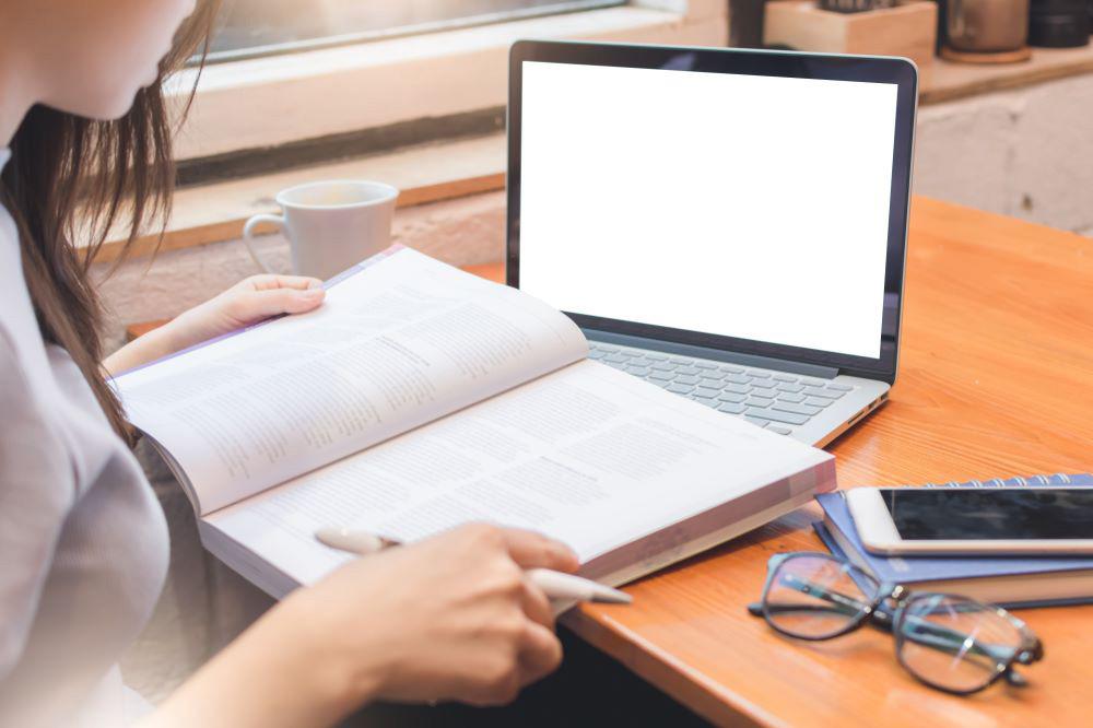 تبدیل پایان نامه به کتاب دارای برخی نکات کلیدی است که با رعایت آنها احتمال گرفتن پذیرش از سمت انتشارات برای چاپ کتاب افزایش خواهد یافت.